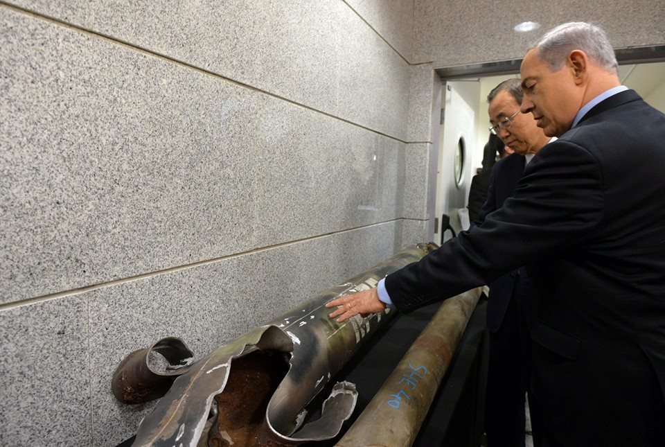 Prime Minister Benjamin Netanyahu shows UN Secretary General Ban Ki-moon remains of a rocket fired by Hamas terrorists at Israel. (Photo: Haim Zach/ GPO)